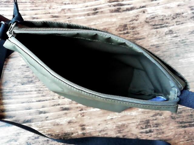 ユニクロの990円のナイロン ミニショルダーバッグのファスナーを開けたところ