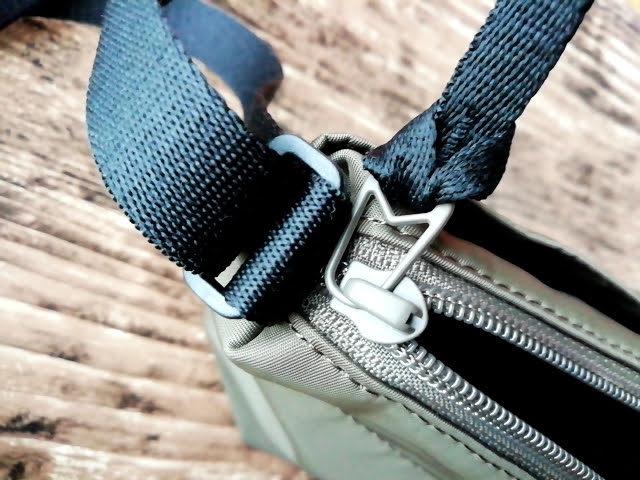 ユニクロの990円のナイロン ミニショルダーバッグのチャック部分