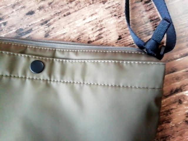 ユニクロの990円のナイロン ミニショルダーバッグの縫製