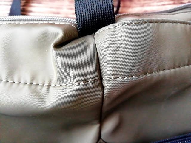 ユニクロの990円のナイロン ミニショルダーバッグの縫い目