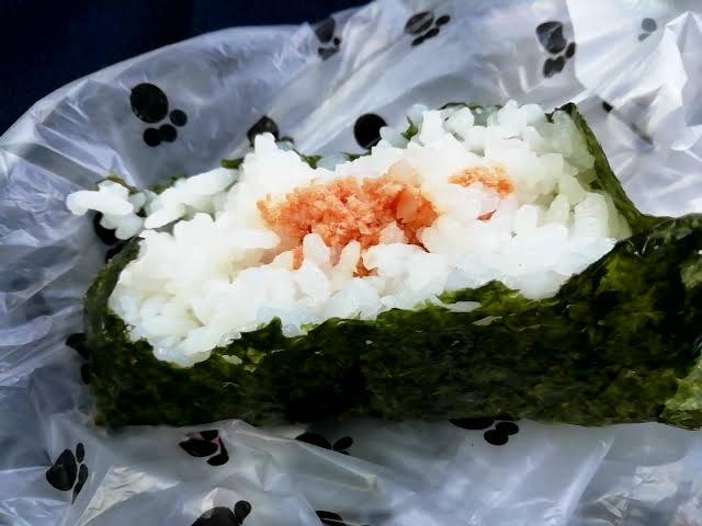 業務スーパーの安いおにぎり 鮭 海苔がちょっと安っぽい