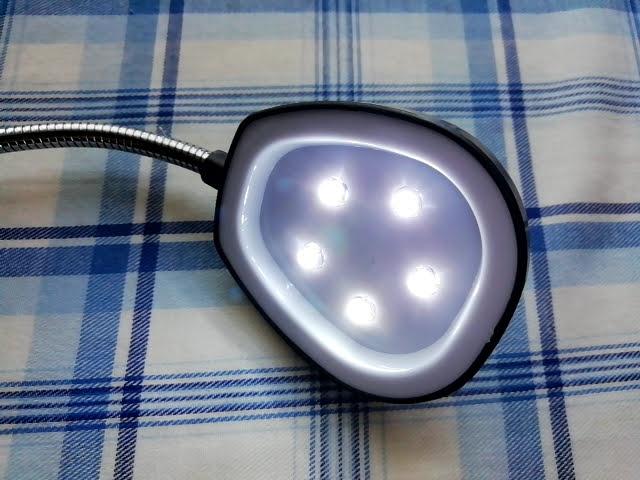 100均セリアの単3乾電池3本の5LEDスタンドライトを点灯したところ