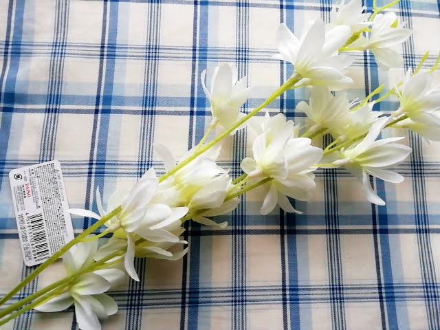100均ダイソーの造花の白い蘭
