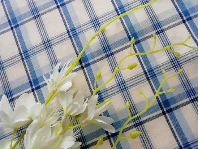100均ダイソーの造花の白い蘭のさきっぽ