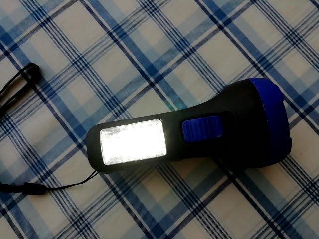 100均キャンドゥの2WAY LED懐中電灯のランタン部分を点灯