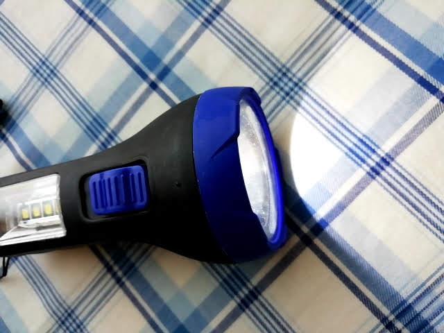 100均キャンドゥの2WAY LED懐中電灯の懐中電灯部分を点灯