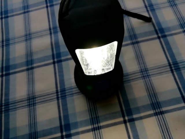 100均キャンドゥの2WAY LED懐中電灯のランタンを点灯