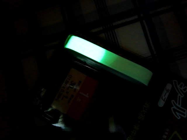 100均ダイソーの蓄光シールに懐中電灯の明かりで蓄光