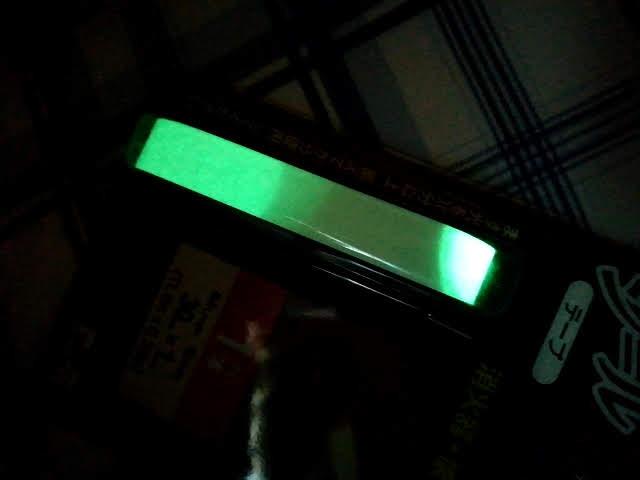 100均ダイソーの蓄光シールの一部に懐中電灯の光を当てたところ