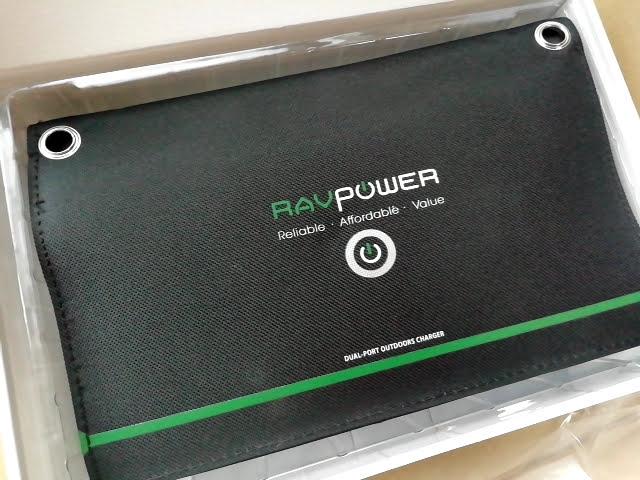 RAVPower ソーラーチャージャー 16W 2ポート RP-PC008の箱を開けたところ