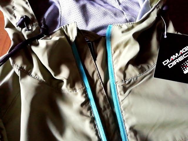 ワークマンのフィールドコアのレディース高撥水シェルジャケットのチャック部分