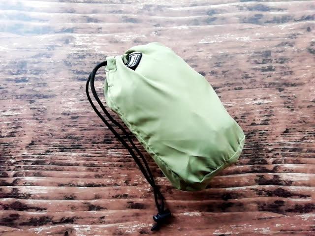 ワークマンのフィールドコアのレディース高撥水シェルジャケットを畳んでポーチに収納