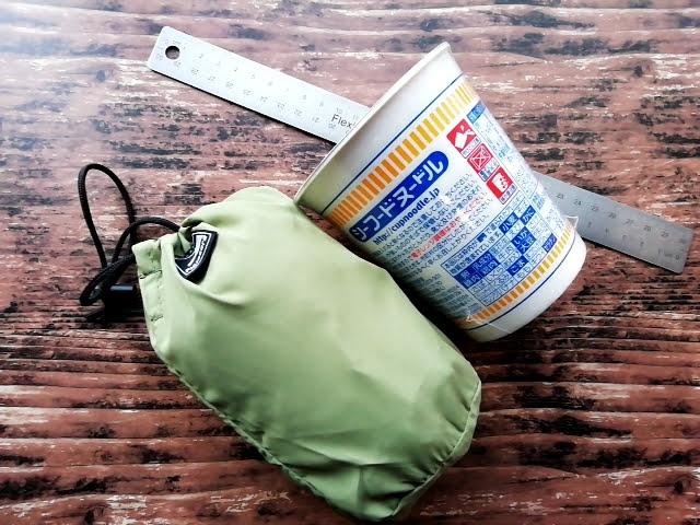 ワークマンのフィールドコアのレディース高撥水シェルジャケットの収納時の大きさをカップラーメンと比較