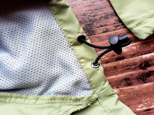 ワークマンのフィールドコアのレディース高撥水シェルジャケットの裾調整器具スピンドル