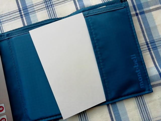 mont-bellの小さなお財布のトレールワレットに名刺を入れようとしている所