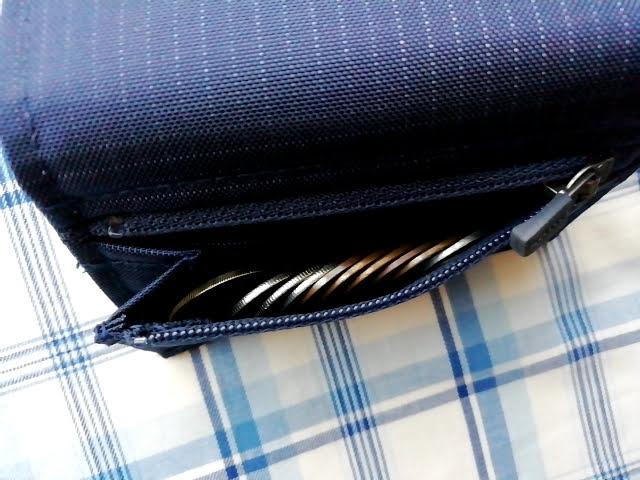mont-bellの小さなお財布のトレールワレットの小銭入れは硬貨が立って入るので並べると綺麗