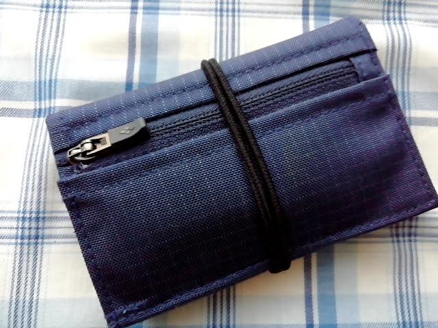 mont-bellの小さなお財布のトレールワレットは開いてくるのでゴムで止めてみた