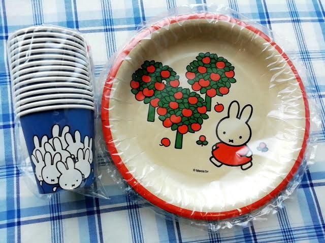 100均ダイソーのミッフィーの紙皿と紙コップ