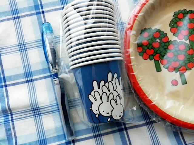 100均ダイソーのミッフィーの紙皿と紙コップの大きさ
