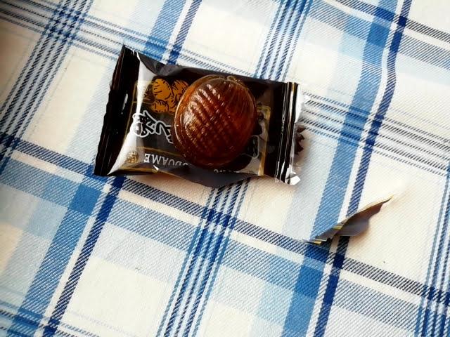 100均ダイソーの黒糖のど飴生姜入りは1個が大きい