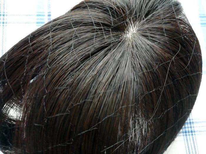 プリシラの白髪かくしウイッグ つむじタイプ ナチュラルブラックはネットに包まれています