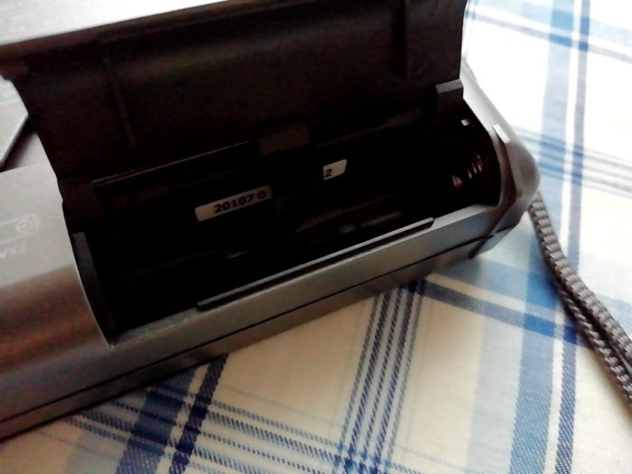 オーム電機 OHM RAD-H310N [AudioComm たんぱラジオ 株・競馬]の電池を入れるところ