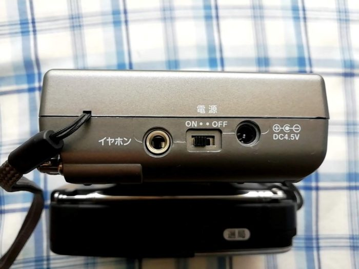 オーム電機 OHM RAD-H310N [AudioComm たんぱラジオ 株・競馬]の電源とイヤホン端子