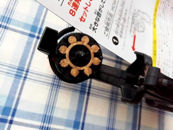 100均ダイソーの火薬銃に8連発のピストルの弾をセット