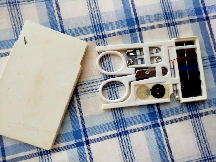 かなり昔に買ったカード式ソーイングセット