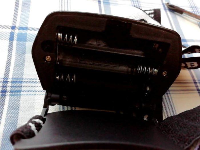 100均セリアのCOBヘッドライトの電池ボックス