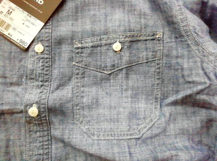 ワークマンのシャンブレーシャツ ブルー Mサイズ 980円の少し斜めになった胸ポケット