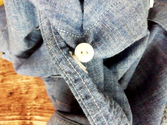 ワークマンのシャンブレーシャツ ブルー Mサイズ 980円 のボタンホールは糸がひっかかる