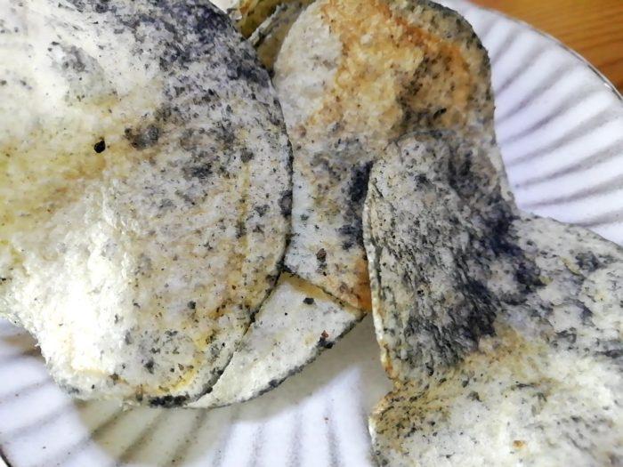 イカもおすすめ イカスミ味ポテトチップスのイカスミ具合