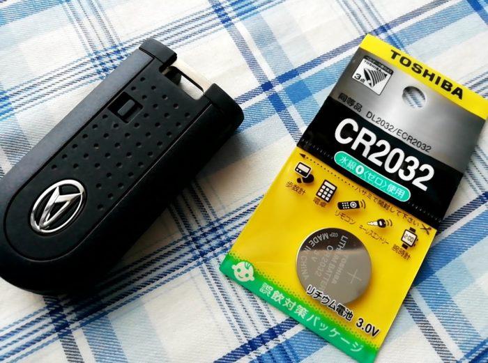 ダイハツのムーヴの車のキーの電池交換に必要なものはボタン電池のCR2032