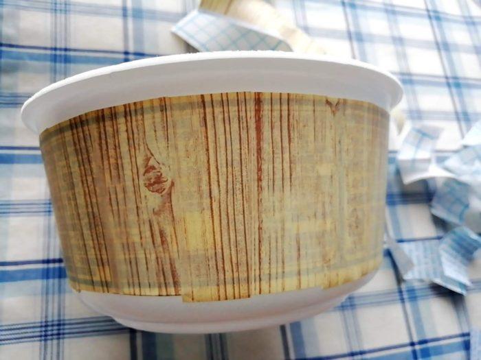 カップ麺の容器にダイソーのリメイクシートを貼ってみる