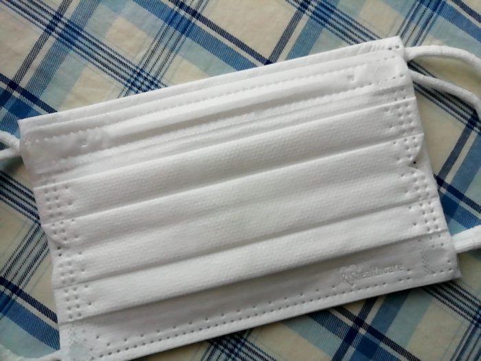 アイリスオーヤマの30枚入りの箱マスク 小さめと手持ちのマスクとの比較