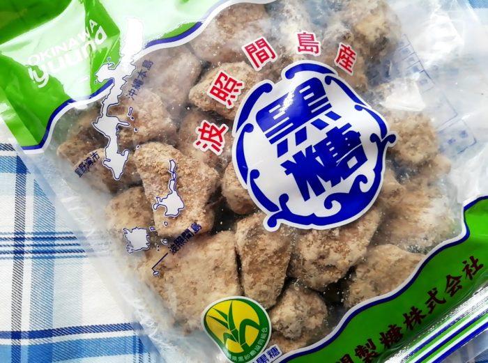 ゆうな物産の沖縄の波照間島の純黒糖のブロックはけっこう粒が大きい