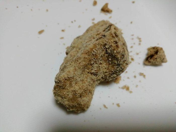 ゆうな物産の沖縄の波照間島の純黒糖が大きいのでキッチンバサミで切る
