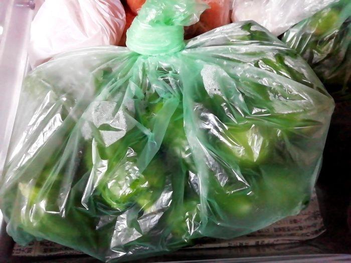 100均ダイソーの鮮度保持袋46枚入りで野菜を包む